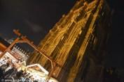 Impressionnante cathédrale de Strasbourg avec vue sur le marché de Noël
