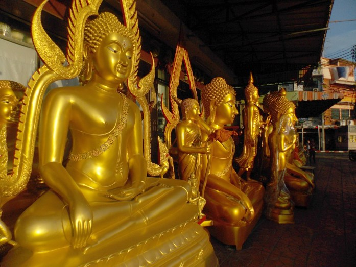 Rue-Bouddhas-Bangkok
