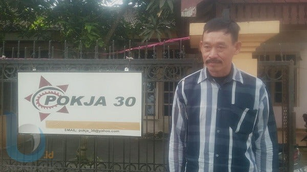 MENGADU: Hasan adukan permasalahan PPDB online ke Pokja 30 di Jalan Gitar, Samarinda, Jumat (13/7) kemarin.(DEVI/METRO SAMARINDA)