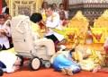 Maha raja memberkati mantan istri pertama Soamsawali yang ada di atas kursi roda. Tampak Princess Patty (biru) dan permaisuri Ratu Suthida ndlosor di sebelahnya. (Harian The Nation)