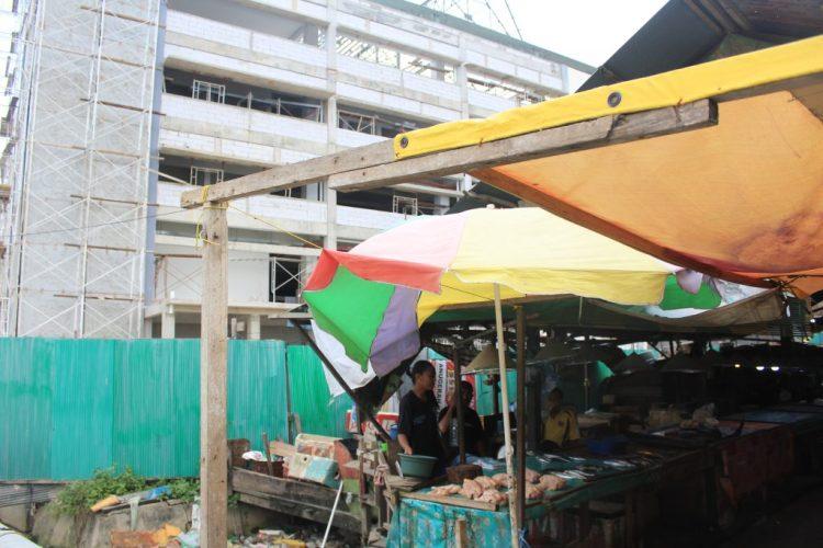 Sejumlah lapak di Kompi B wajib dikosongkan setelah Idulaha mendatang dikarenakan lokasi ini bakal dibangun Instalasi Pembuangan Air Limbah oleh PT Sasmito selaku pengerja proyek pembangunan Pasar Rawa Indah. ADIEL KUNDHARA/KP