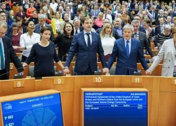 Anggota parlemen Eropa bergandengan tangan dan menyanyikan lagu perpisahan buat Inggris.(prokal)