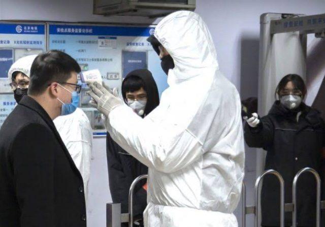 Ilustrasi: Upaya pencegahan virus korona menyebar, petugas melakukan pengecekan kesehatan. (Mark Schiefelbein/AP)