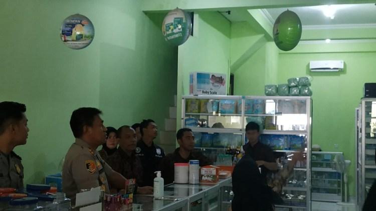 Kepolisian melakukan sidak ke beberapa apotek. (Zaenul/Bontangpost.id)