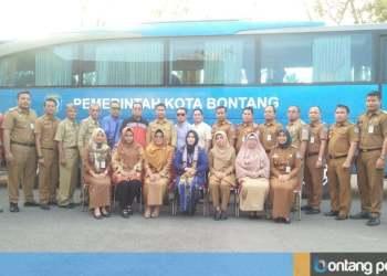 Neni Moerniaeni (duduk tiga kiri) bersama kepala OPD mengabadikan momen bersama Rizayati (duduk, tengah) didampingi seluruh manajemen PT Imza Rizky Jaya di Rujab Wali Kota Bontang. (Zaenul/Bontangpost.id)