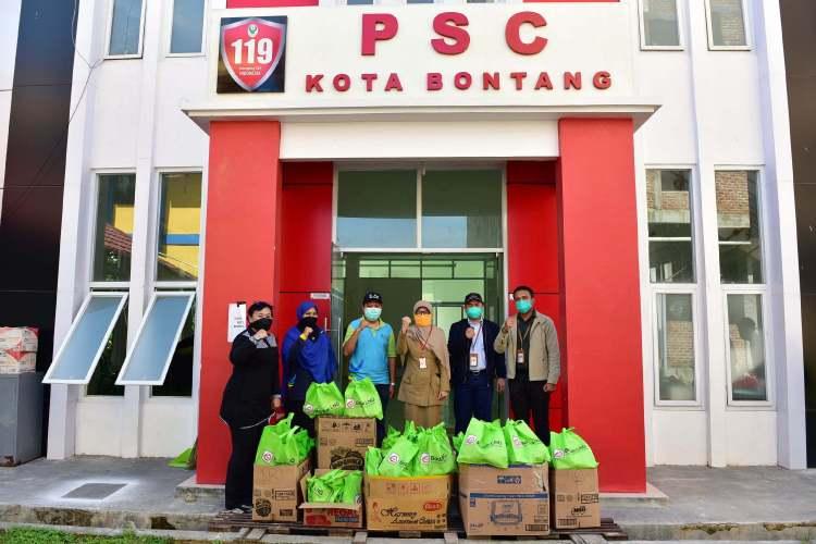 Manajemen Badak LNG berfoto bersama Sekda Bontang usai penyerahan bantuan. (Corporate Communication Badak LNG)