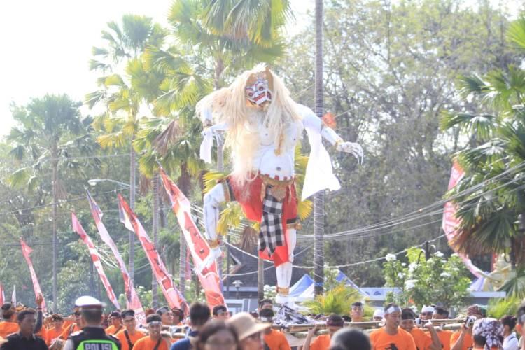Patung ogoh-ogoh buatan umat Hindu Kota Taman diarak dalam rangka memperingati Tahun Baru Saka 1942. (Adiel Kundhara/KP)