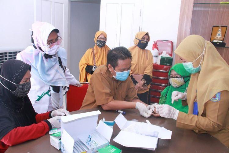 Sebanyak seribu rapid test yang dipesan Pemkot Bontang sudah datang. Diawali dengan melakukan tes kepada 117 guru ngaji yang hasilnya negatif. (Pemkot Bontang)