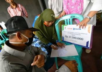Pemberian bantuan langsung kepada para korban kebakaran di Kampung Jawa. (Humas Pupuk Kaltim)