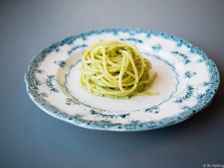 Dette er skikkelig fast food. Retten består av pasta, i dette tilfellet spaghetti og pesto. Dette er noe av det enkleste man kan lage og noe av det beste som finnes. Lager du pestoen selv, så blir det enda bedre. Trykk her for å se hvordan jeg lager hjemmelaget pesto.