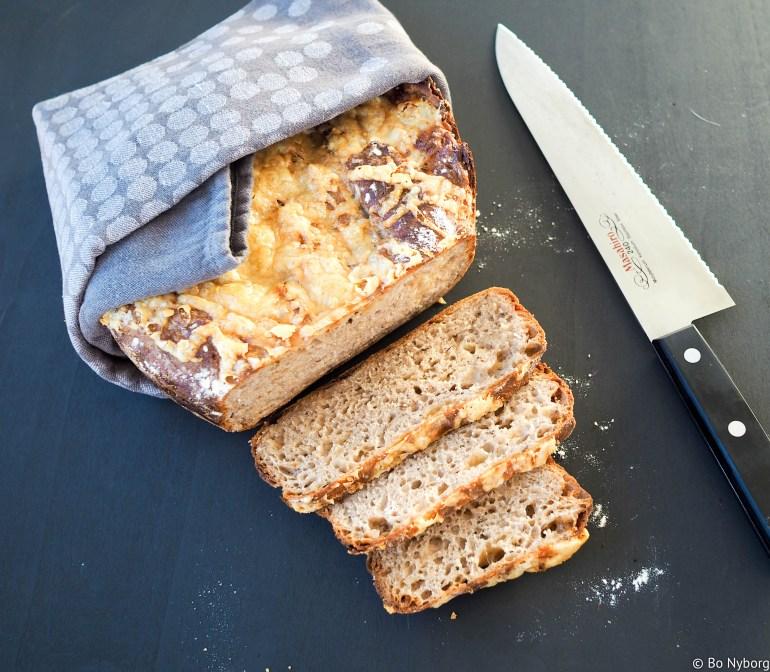 En av planene for 2018 her i husholdningen er å bake mest mulig brød selv. Så langt har det godt bra og jeg har ikke kjøpt brød siden midten av desember. Godt brød smaker veldig godt og når du lager det selv kan du tilsette akkurat hva du ønsker. Dessuten er det mye billigere enn det brødet du kjøper. Dette brødet er tilsatt karve og ost som gir det en veldig artig smak og osten gjør at brødet blir veldig saftig.