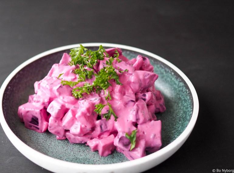 Rødbetsalat er deilig og billig tilbehør. Smaker fortreffelig på brødskive med leverpostei, lag en sandwich med svenske kjøttboller og rødbetesalat. Du kan ha det som tilbehør til svin eller kylling.