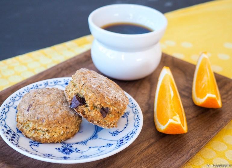 Appelsiner og sjokolade hører med i påsken. I disse sconesene så får du begge deler. Dette er et perfekt lite bakverk til påskekaffen.