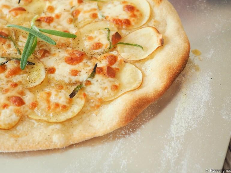 Pizza med poteter er en av mine favorittpizzaer. Sammen med den gode røkte osten Scamorza og litt rosmarin så er dette en nær perfekt pizza. Prøv å lag den selv. Scamorza er en italiensk ferskost som ligner veldig på mozzarella, den er litt tørrere som gjør den bedre egnet som pizzaost en den vanlige mozzarellaen. Den er dessuten røkt, som gir den en smak som passer perfekt sammen med poteter. Den kan være litt vrien å få tak i, spør din lokale ostebutikk. Får du ikke tak i den så erstatter du den bare med en annen ost du liker.
