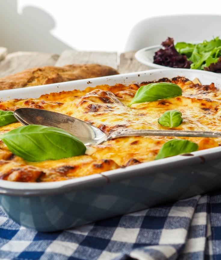 Lasagne er en av barndommens lørdagsfavoritter. Slår du opp comfort food i min ordbok så får du opp bilde av lasagne. Lag på lag med pasta, kjøttsaus, ostesaus og så enda mer ost på toppen. Det er ikke rart dette er en favoritt hos mange fler enn meg. Dette er oppskriften jeg pleier å bruke når jeg vil ha en enkel og god lasagne.