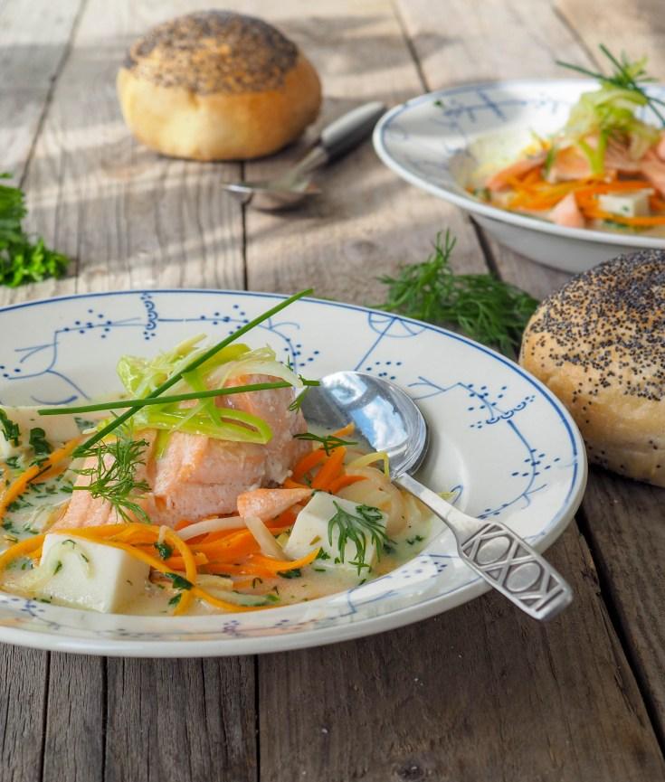 Nå som den verste sommervarmen har gitt seg, smaker det godt med litt suppe igjen. Dette er en rask versjon, av en klassisk kremet fiskesuppe. Denne versjonen inneholder masse friske grønnsaker, saftig bakt laks og fiskepudding. Fisken baker jeg i ovnen, da har jeg full kontroll på tilberedningstiden og jeg unngår tørr fisk.