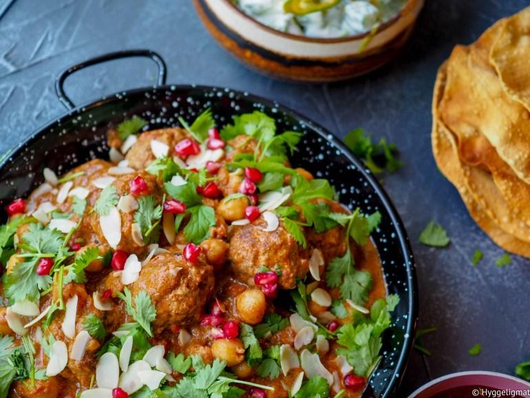 Lammesesongen er godt i gang og butikkene bugner av lam i alle fasonger. Siden vi er en kjøttdeignasjon, så ble årets første lammerett indiske kjøttboller av lammekjøttdeig. Krydret med varme indiske krydderier, hvitløk, ingefær og koriander så ble dette ordentlig godt. Kjøttbollene ble servert i en indisk saus proppfull av smak og servert sammen med ris, plommechutney, raita og papadums.