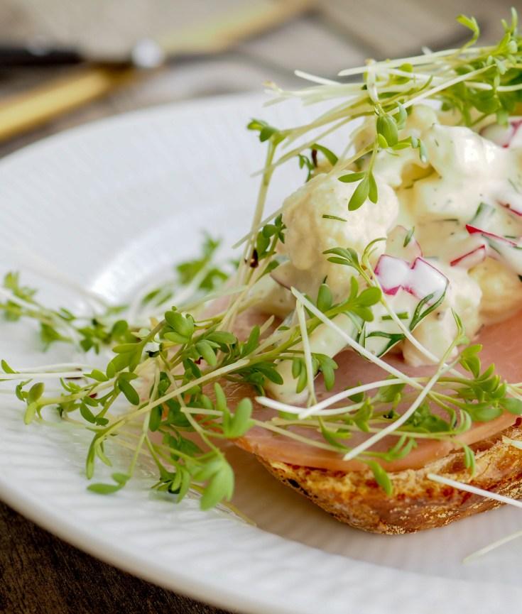 Det er sesong for norsk blomkål, men grunnet det varme og tørre sommeren så har tonnevis med blomkål blitt ødelagt. Blomkål har vært litt vanskelig å få tak i, og du har måtte regne med å betale mer enn du vanligvis gjør. Nå virker det som situasjonen har normalisert seg litt. Norske epler er også i sesong. Jeg har kombinert disse to ingrediensene og laget denne gode remouladen. Den smaker veldig godt brødskiva, eller som tilbehør til fisk, svin eller kylling.