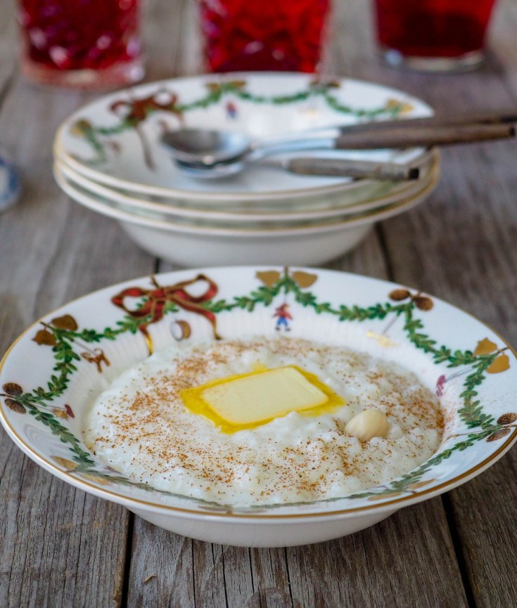 Risengrynsgrøt hører med i julen. Det er ikke bare nissen som har risengrynsgrøt som favorittmat, mange andre serverer grøt i hvert fall en gang i løpet av julen Hjemmelaget risengrynsgrøt er veldig enkelt å lage, resultatet blir så uendelig mye bedre enn posegrøten eller plastbakkene med ferdig grøt. Lag gjerne en ekstra stor porsjon, så lager du riskrem av restene.