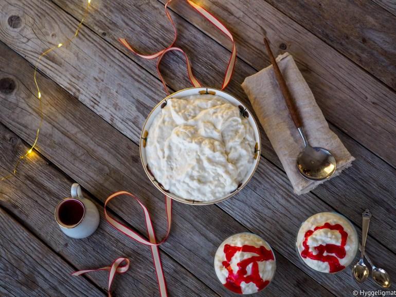 Multekrem, karamellpudding og riskrem er kanskje de vanligste dessertene å servere på julaften. Riskrem er min favoritt og den har vi sverget til i mange år. Lager du risengrynsgrøt en av de siste dagene før jul så har du i praksis allerede laget denne desserten. Serverer du denne med en hjemmelaget bringebærsaus så er du garantert en fantastisk avslutning på den lekre julemiddagen du nettopp har spist.