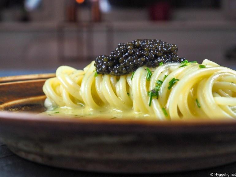 Det kan kanskje bli litt mye julemat i disse dager, og en det kan være godt med et lite avbrekk. Hva med å lage deg litt spaghetti? For å gjøre den til en skikkelig luksusspaghetti så kan du toppe den med litt caviar fra stør. Dette er kostbare saker, men julen er jo tiden for å kose seg litt ekstra. Caviaren jeg har brukt er en fransk økologisk caviar fra baeriistøren.