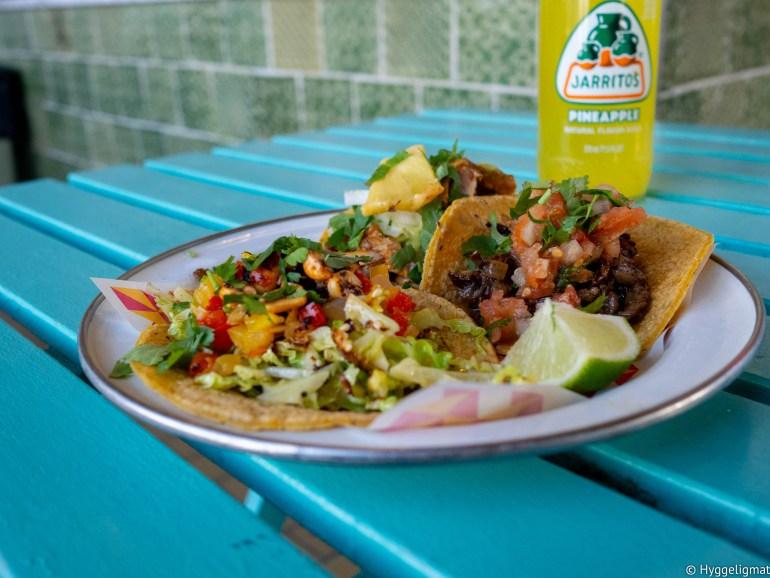 På tide med lunch og siden jeg hadde en avtale i Kødbyen så ble det Tacos på Hija De Sanches, dette er taqueriaen til Rosio Sanchez. Sjappa er liten og har to bord. Som sist gikk jeg for comboen som er tre forskjellige tacos. Carne Asada, al pastor og en taco med kål og peanøtter ble servert. Alle tre smakte helt fortreffelig, men den med kål var fullstendig fantastisk. Maten ble skylt ned med en ananas Jarrito.