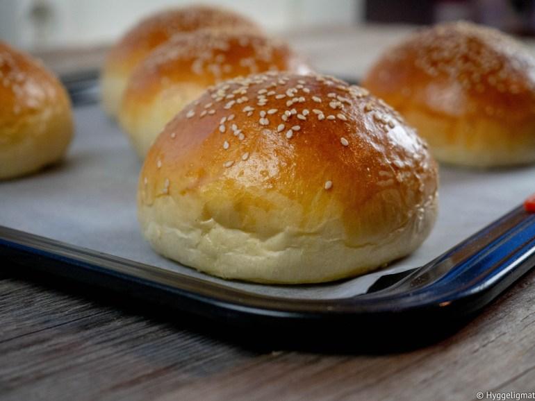 Liker du å lage hamburger hjemme, men du synes hamburgerbrødene du kjøper i butikken er litt kjipe? Da bør du prøve å lage disse myke brioche hamburgerbrødene. Med hjemmelagde hamburgerbrød løfter du hamburgeren til et nytt nivå.