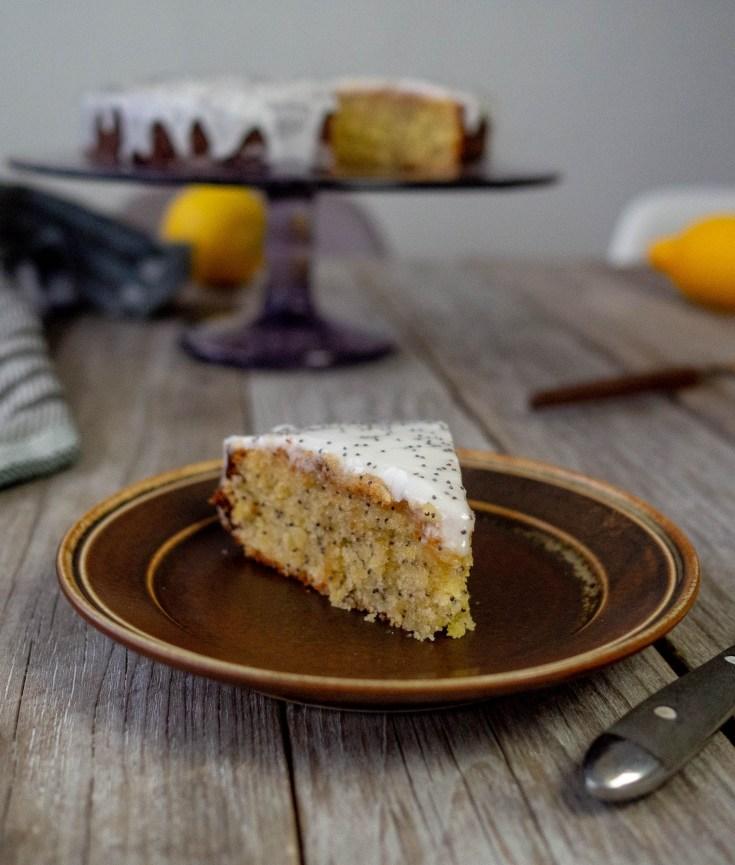 Myk og saftig sitronkake med frisk og syrlig smak av sitroner. For å gjøre kaken supersaftig, heller jeg sukkerlake over sitronkaken med en gang jeg har tatt den ut av ovnen. For å gjøre denne sitronkaken enda morsommere har jeg tilsatt valmuefrø både i deigen og på glasuren. Denne kaken bør du lage.