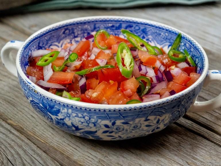 Pico de gallo eller salsa fresca er en meksikansk tomatsalsa. Den er et friskt og syrlig innslag på en hot taco. Den er kjempeenkel, den er superrask å lage og den smaker mye bedre en tomatsalsaen du kjøper på glass. Prøv å lag pico de gallo og fredagstacoen blir en enda hyggeligere opplevelse.