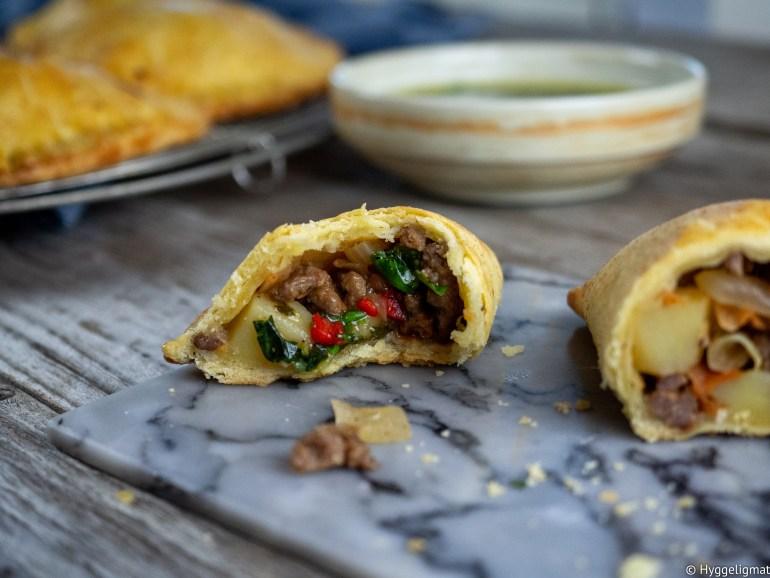 Empanadas er små fylte paier, som du ofte finner i Sør-Amerika, men også i Spania og Portugal. De fleste land og kulturer har en form for innbakte paier. I itala finner du calzone, du har børek i Tyrkia, samosa i asia og afrika, pasty i Storbritannia, piroger i Russland osv.. Disse små paiene er glimrende matpakkemat, legg de i piknikkkurven eller server de til middag, gjerne med en liten salat til.