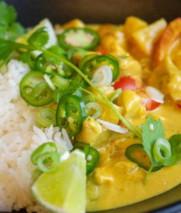 Kyllinggryte fra Bali er en favoritt hos mange. Kylling i en kremet saus med karri, Biter av epler og ananas gir en friskhet og en god syre. Prøv å lag den selv, da blir den kjempegod.