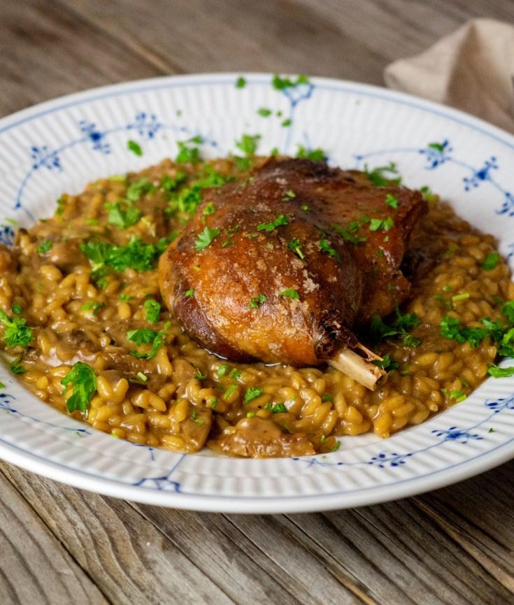 En god risotto er noe av det beste som finnes, her har du en variant med tørket steinsopp. For å gjøre det til et ordentlig måltid, serverer jeg risottoen med confiterte andelår som jeg har stekt opp i ovnen. Dette er en nydelig rett.