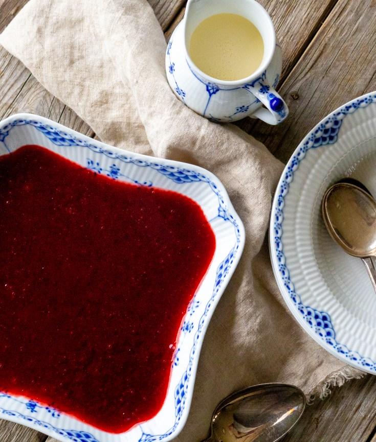 Rødgrøt er en av mine favorittdesserter fra barndommen. Frisk, søt og syrlig, med iskald fløte. Nam.