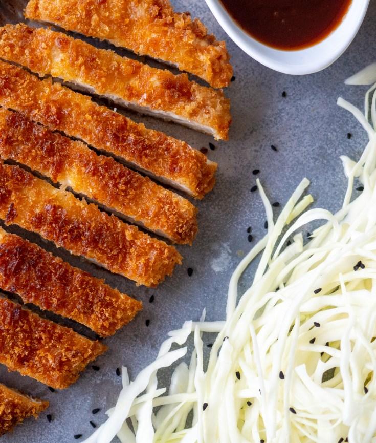 Torikatsu er en aldeles nydelig rett fra Japan som også er kjent som kylling katsu. Torikatsu er kylling som er panert i panko og fritert. Man server gjerne torikatsu med en tonkatsusaus og ris eller finsnittet kål.