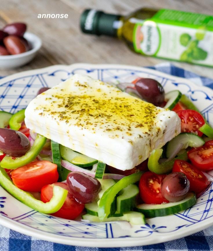 Sommeren er høysesong for salater. En av de absolutt beste salatene er en gresk salat med et stort stykke fetaost og masse deilig olivenolje på toppen. I denne varianten av gresk salat har jeg brukt extra virgin olivenolje med basilikum fra Monini.