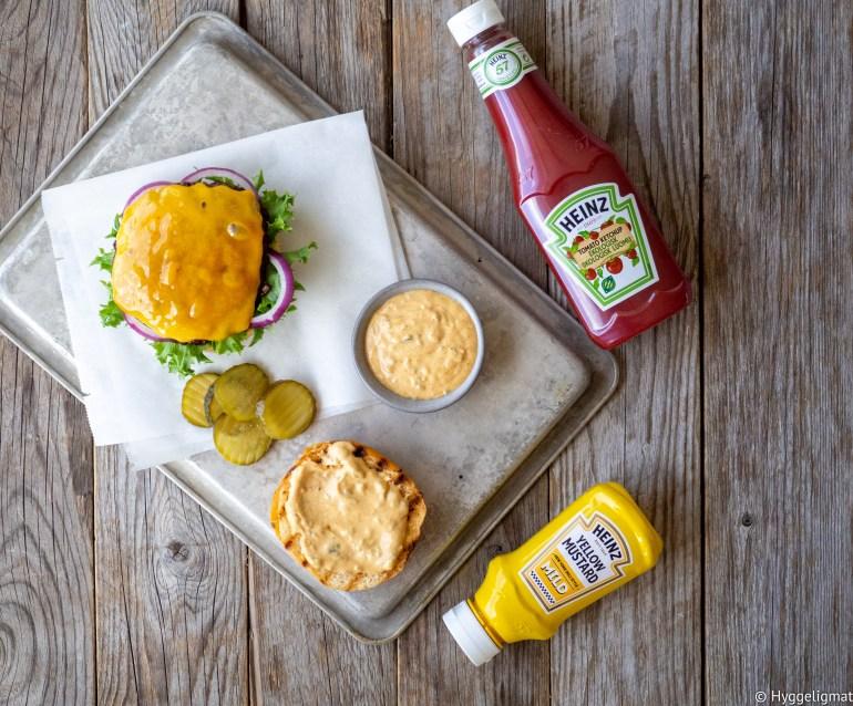 Når man skal lage seg en god hamburger må man ha en god hamburgerdressing. Her har du min favoritt. Den inneholder i hovedsak majones og Heinz ketchup og Heinz sennep i tillegg til litt andre godsaker. Dette er en hamburgerdressing som er spesielt god på en klassisk cheeseburger.