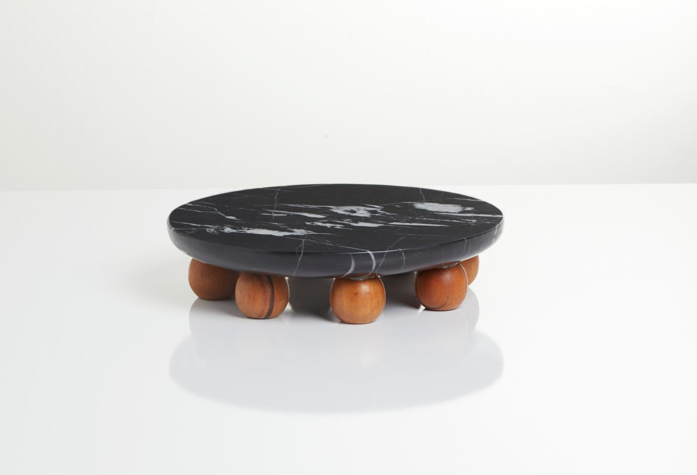 4422-bandeja-em-marmore-nero-marquina-com-bolas-em-madeira-estudio-suka-braga-1-1400