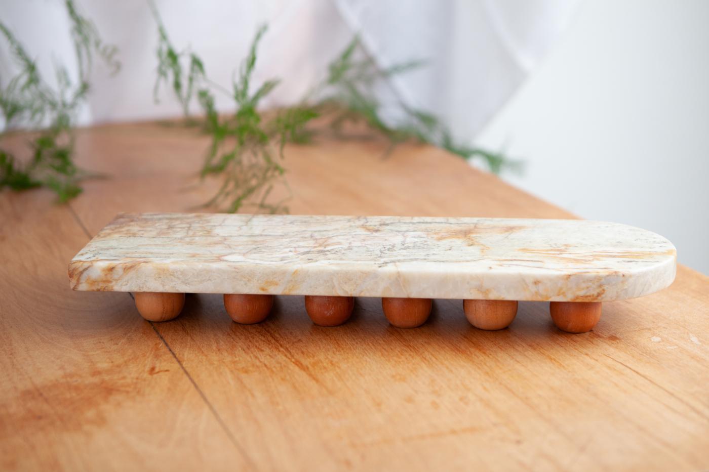 4430-bandeja-em-quartzito-verde-com-bolas-em-madeira-estudio-suka-braga-1-1400