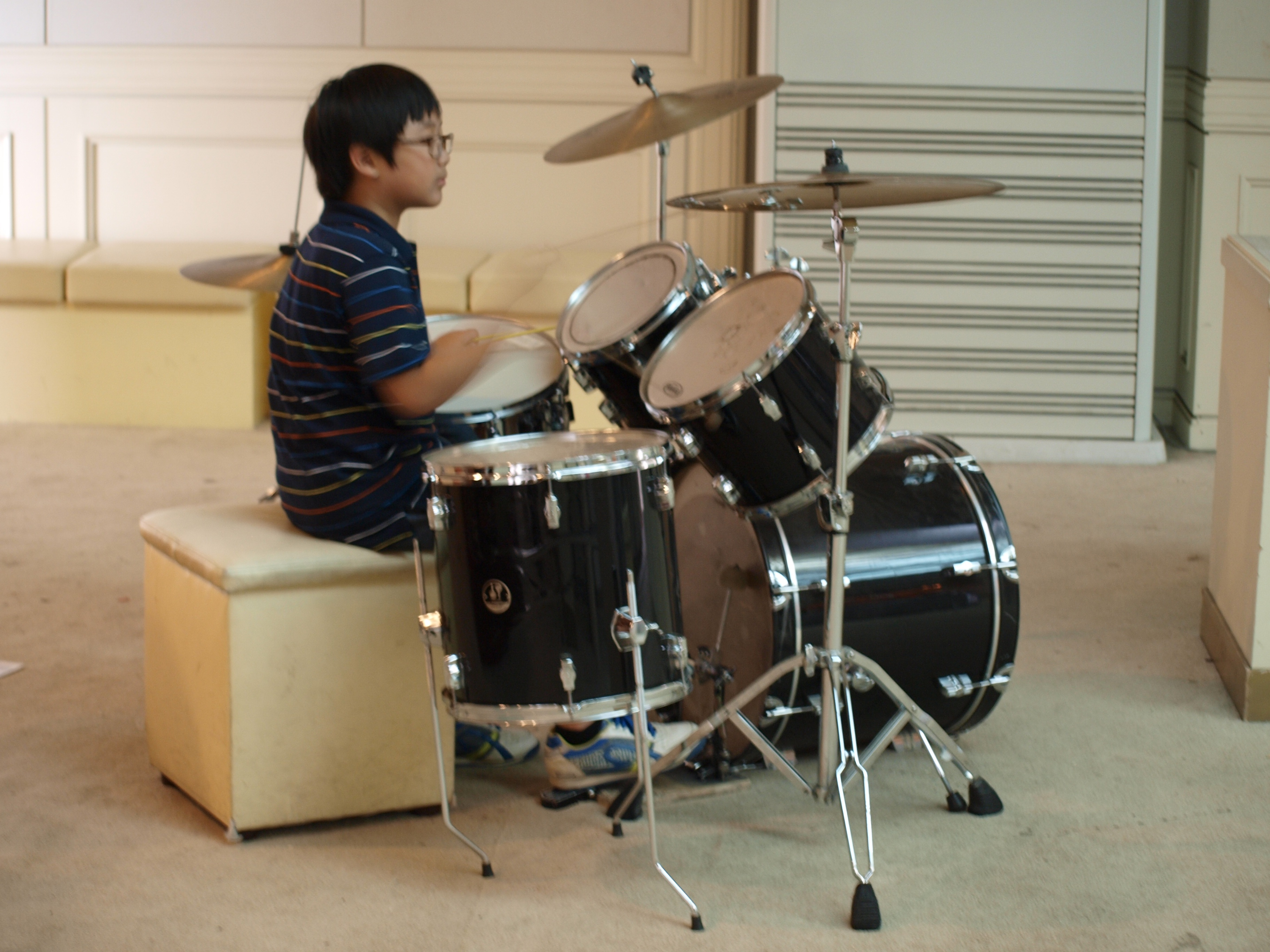 体験レッスンでドラムを叩く少年