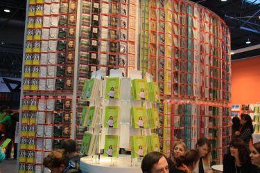 Immer wieder schön anzusehen - Die riesige Bücherwand am Droemer-Knaur Verlagsstand