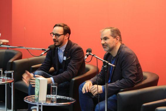 Peter V. Brett (rechts) stellt sich den Fragen seiner Fans