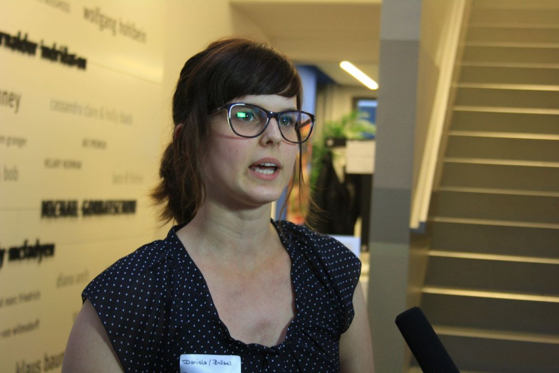 Daniela von Brösels Bücherregal gibt der Videocrew von Smyles ein kurzes Interview