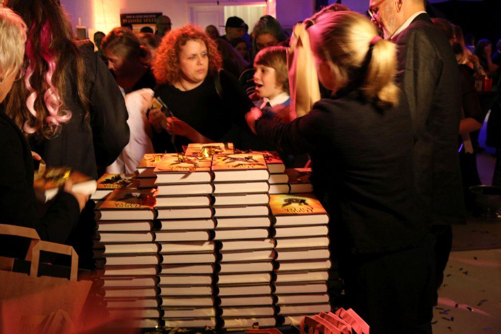 Die ersten glücklichen Besucher können ihr Exemplar von Harry Potter und das verwunschene Kind bei der Potternacht in Händen halten