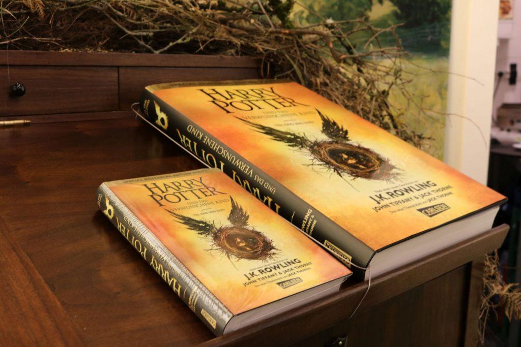 Die Originalausgabe vs. die XXL-Sonderausgabe von Harry Potter und das verwunschene Kind vom Carlsen Verlag
