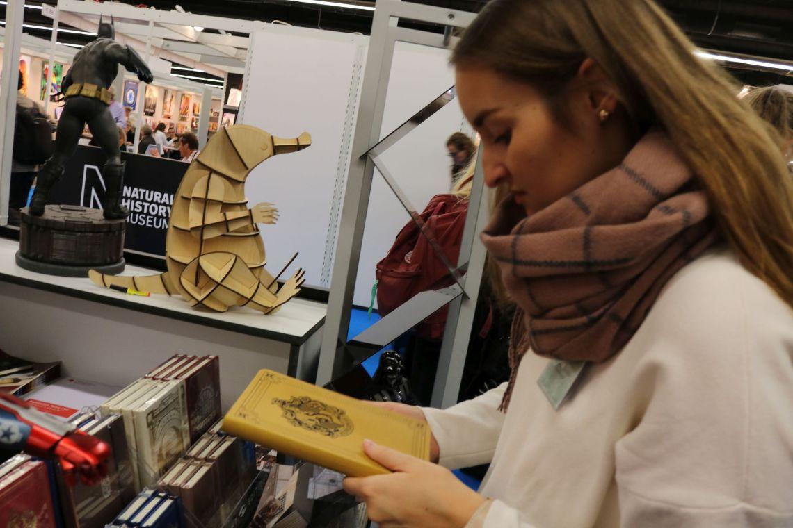 Jessika (Jessies Bücherkiste) beim Notizbuchstöbern während des Bookstagram Treffens