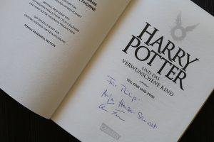 Signierte Ausgabe von Harry Potter und das verwunschene Kind - Unterschriften der beiden Übersetzer