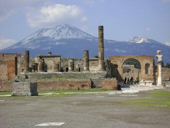 В Помпеях разыскивают туристку, которая забралась на древние термы ради фото