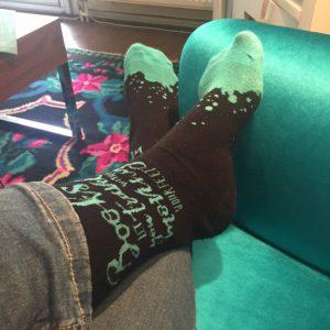 Met Y&A sokken op de bank