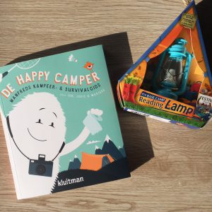 De happy camper met reading light