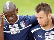 Футболисты сборной Италии Марио Балотелли (слева) и Антонио Кассано